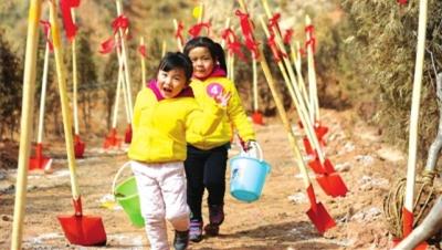 兰州安宁区一幼儿园组织亲子植树活动(图)