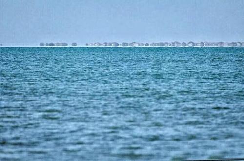 甘肃敦煌盐碱荒滩现碧波湖面