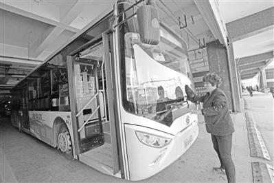 兰州32路公交20辆纯电动车上路运行