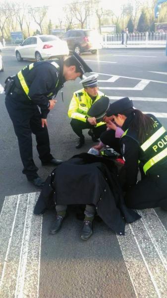 兰州交警救助受伤老人(图)