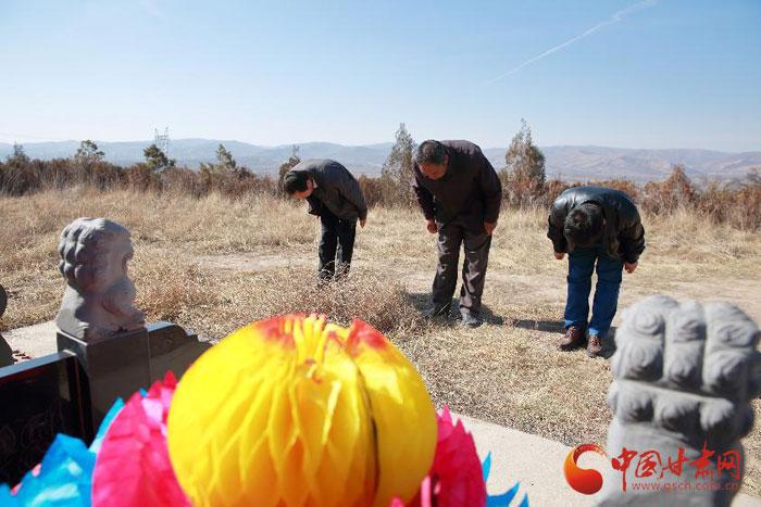 定西安定区:三名退伍老战士清明前夕自发祭扫烈士墓 (图)