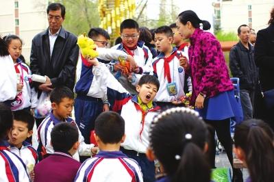 兰州:师生义卖救助患癌青年(图)