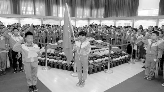 平凉崆峒区一小学组织扫墓悼念活动(图)