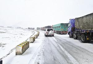 国道215线当金山路段因大雪道路结冰 200多车辆被困