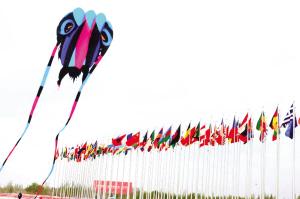首届敦煌国际风筝节开幕 各国千种风筝空中齐争艳
