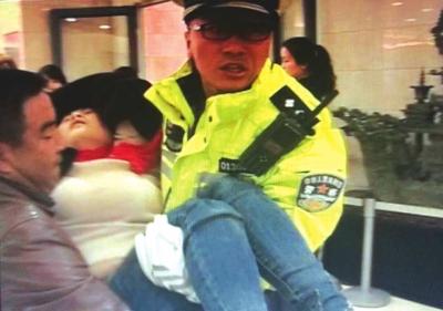 孕妇瘫坐在医院门口援助 兰州交警抱起跑向急诊室(图)