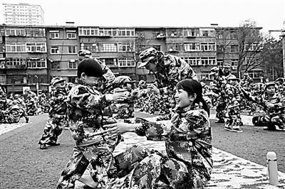 兰州1000名萌宝和家长身着军装 开展匍匐前进等科目训练
