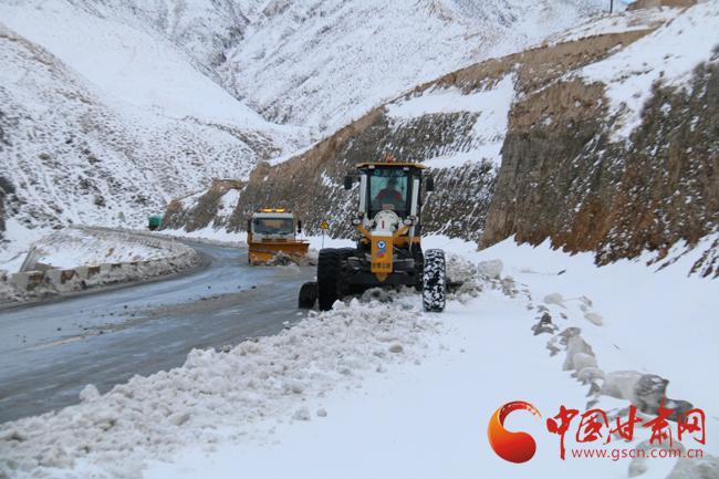 酒泉市阿克塞公路管理段全力以赴除雪保畅(图)