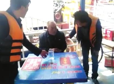 兰州一七旬老人想不开跳河轻生 义务搜救员驾船奋力施救(图)