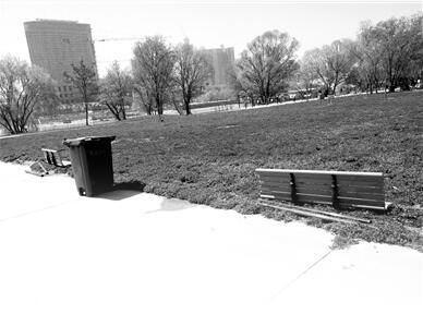 """兰州市马拉松公园23个长椅一夜间被卸了""""腿""""  盐场路派出所已介入调查(图)"""