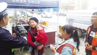 兰州:照看老二丢了老大 交警环卫帮小孩找到妈妈(图)