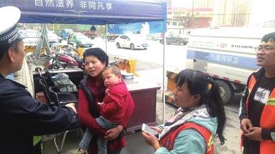 照看二宝却丢了大宝 兰州环卫工捡了个娃交警帮着找妈妈(图)
