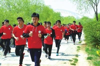 兰州大学生奔跑黄河岸边纪念路易·艾黎(图)