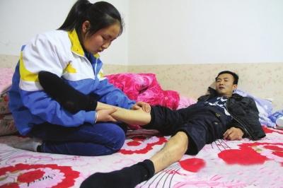 庆阳环县一十七岁女学生 带着父亲去上学 (图)