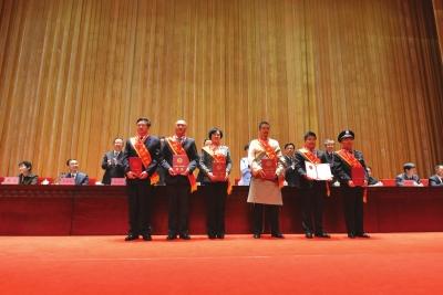 """甘肃省庆祝""""五一""""国际劳动节暨表彰大会举行"""