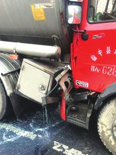 青兰高速一货车追尾一罐车柴油发生泄漏 消防紧急处置