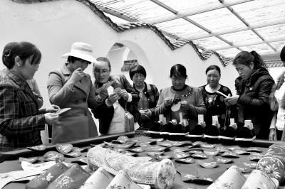 手工刺绣成为临夏积石山县妇女脱贫致富的一条新路径(图)