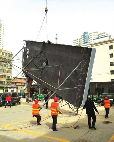 兰州天平街口外挂电梯被拆除(图)