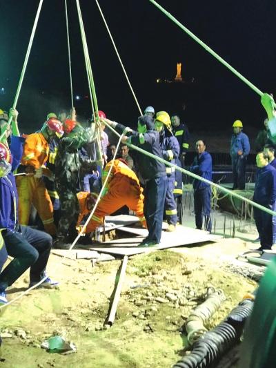 生死6小时 兰州榆中城关镇一名女工不慎坠井救援人员最终将其成功救出