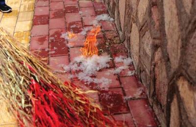 兰州:柳絮漫天飞舞带来危害一堆 容易引发火灾有人因此过敏影响发动机散热