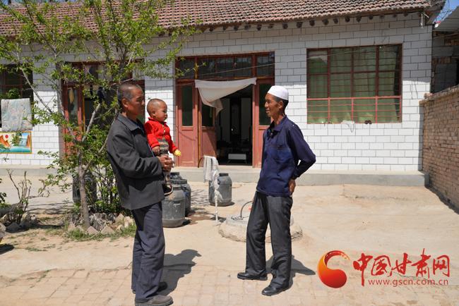 平凉市崆峒区上杨乡王各村里的好邻里——摆存德(图)