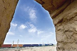 甘肃:驶过明长城的列车