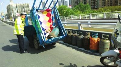 兰州:这两个司机胆真大 车上装满了液化气罐