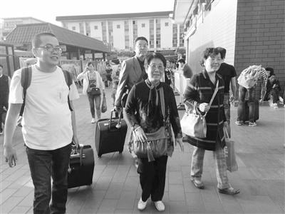 失散58年姐妹今日团圆 兰州两个姐姐昨日随同记者抵达西安