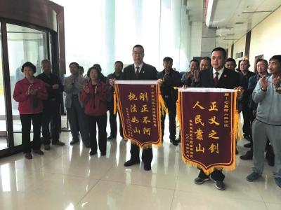 七里河区法院执结十年老案 当事人送上锦旗(图)
