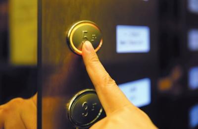 【记者关注】老旧小区加装电梯是否该给予补贴?(图)