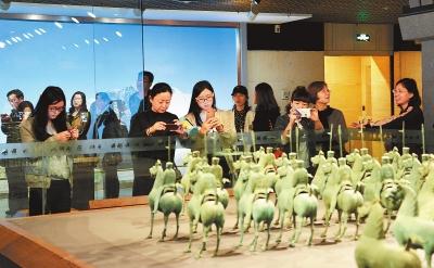 兰州市民及游客争相参观省博物馆举办的甘肃丝绸之路文明展览(图)