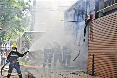 兰州一居民楼下餐馆起火 消防背出楼上5位被困老人(图)