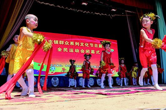 平凉灵台县西屯镇举办了群众系列文化活动节目展演(图)