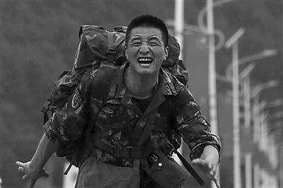 武警甘肃森林总队陇南支队在迭部县虎头山进行训练