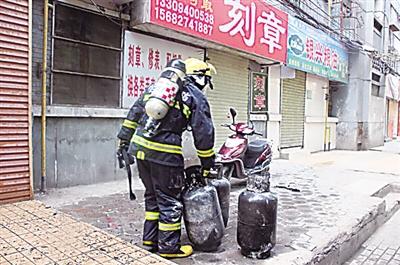 兰州市一只船123号一处餐厅后堂起火 消防员火中抢出5个液化气罐
