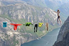 胆儿颤!极限狂人千米高空绳索上晾衣服