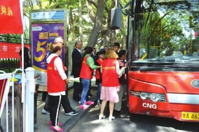 兰州:志愿者引导文明乘车