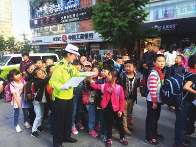 兰州:交警走上街头宣传交通安全