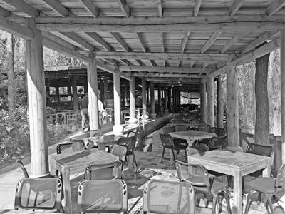 兰州水车博览园收费茶座占廊亭 游人难休息