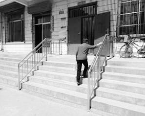 兰州一社区的一截楼梯扶手 暖了老人的心