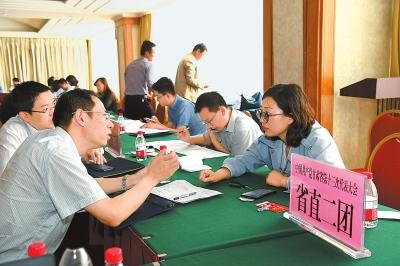 参加甘肃省第十三次党代会的代表陆续抵达兰州(图)