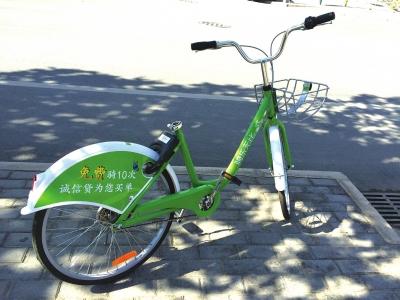 兰州两辆绿色共享单车的车座分别不翼而飞(图)