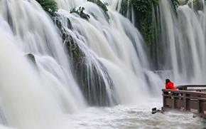 贵阳芦狄河进入丰水期 壮观瀑布引来游人