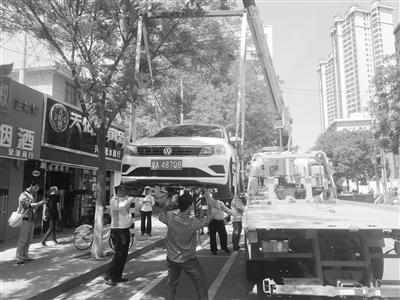 兰州东岗交警整治农民巷机动车乱停乱放(图)