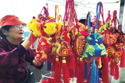 兰州:端午节临近 香包销售旺