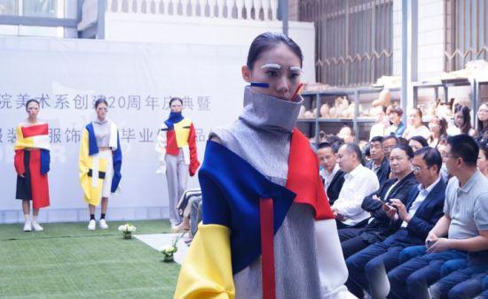 甘肃高校大学生时装秀 创想从图纸走向实物