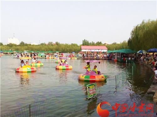 端午小长假上万人畅游张掖润泉湖公园(图)