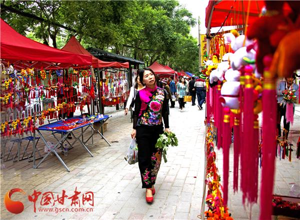 甘肃庆阳宁县市民欢欢喜喜过端午(组图)