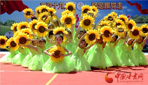 定西渭源县:少儿文艺汇演庆六一(图)