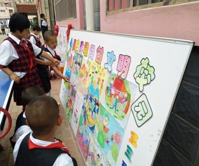 小学生参观展板